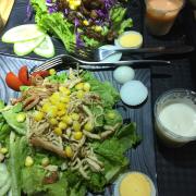 Salad bò sốt tiêu + salad thập cẩm
