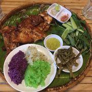 1/2 con gà, dĩa xôi 3 màu và các món ăn kèm