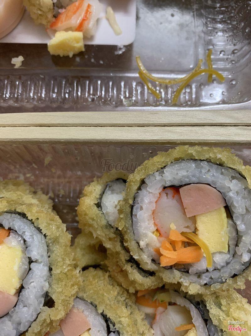 Thèm kimpap đặt kimpap, còn tưởng là cà rốt ngồi nhặt ra là 1 đống dây thun. :)) bỏ nguyên hộp. Mất vsinh thật sự