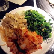 Salad và kimchi