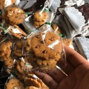 Bữa thử Cookies của Múp thì hơi nghiện nhẹ. Cookies không bị khô, ăn vào có vị ngọt nhẹ của bánh cùng chocolate chip.Giá cho một túi bánh xinh xinh lại rất vừa phải. Nói chung ưng vô cùng
