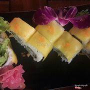 Cơm cuộn sunshine cuộn tempura kèm xoài khá lạ miệng nhưng ngon.