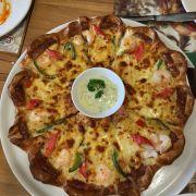 Pizza hải sản nhân đôi xúc xích viền ngoài