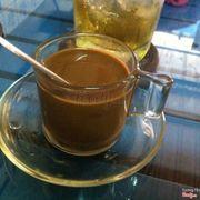 ...cafe sữa nóng.. có khách uống trà đá