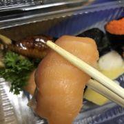 Miếng sushi này về hình thức và vị đều không tươi.