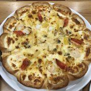 pizza đế mỏng, có chút thơm nên không gây ngấy, thơm, nhân viên chu đáo