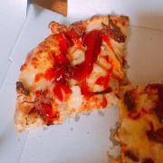 Vào một ngày trời quạnh hiêu, mà có bánh pizza nóng hỏi giao tận nhà, đã vậy mua 1 còn được tặng 1 thì còn gì bằng. Dù ế ẩm hay tự kỉ đi nữa có pizza làm bạn cũng chịu. Ngon hết sẩy với lớp vỏ bánh mỏng giòn tan luôn !!
