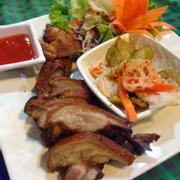Chân giò heo muối chiên ăn kèm kimchi