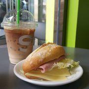 Combo latte và bánh mì
