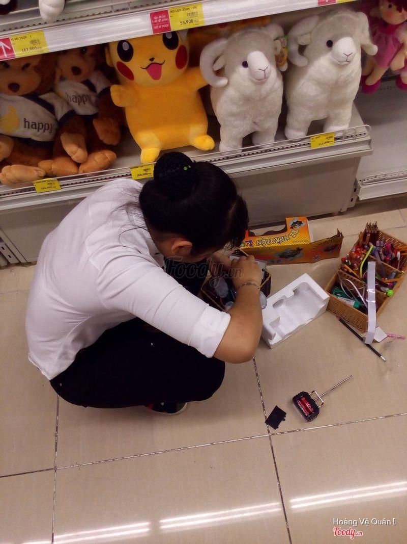 Nhân viên đang thử pin cho xe điều khiển