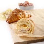 G007 - Bánh Croissant bơ, nhân hạt hạnh nhân nghiền Mini Butter Croissant with Almondpaste Trọng lượng: 45g Thành phần: Tỷ lệ bơ: 16% Hạnh nhân: 9%