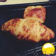 Với 1 đứa k biết làm bánh mà bỗng nướng dc cái bánh k cháy đẹp nguyên vẹn quả là 1 điều thần kì :)))).Nướng xong ăn muốn phỏng lưỡi luôn mà ngon số zách và tiện cho những sáng lười biếng :x