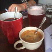 Cốc đỏ: trà hibiscus. Cốc cao: trà thạch lựu. Tách thấp: cà phê