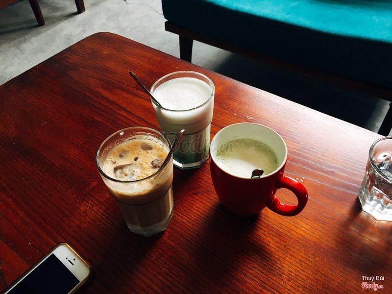 Matcha latte nóng - lạnh cùng với cốc bạc xỉu