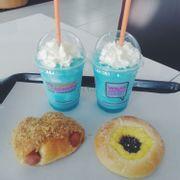 đồ uống ở bên dunkin donut đối diện bread talk