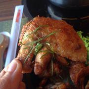 Cánh gà Tom Yum, nặng chanh lên, ăn cả lá chanh. Tuyệt!