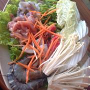 Lẩu thái: cá, bò, nghêu, nấm kim châm, mực, rau muống, bún (miến)