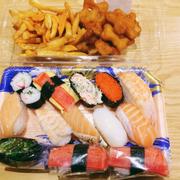Sushi và khoai chiên