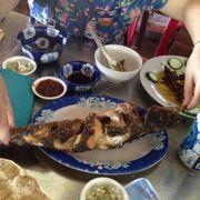 Cá lóc nướng muối. Cá rất to, thịt chắc, nướng chín nhưng không bị cháy