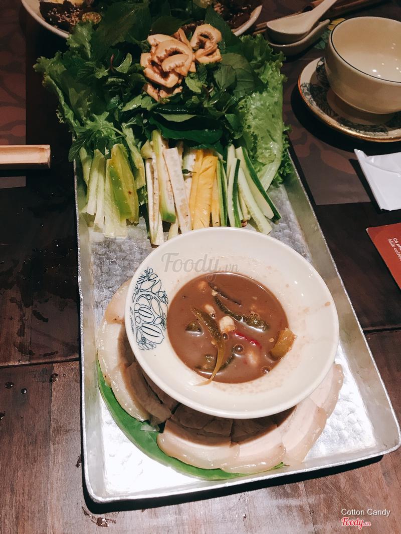 Thịt luộc chấm dưa mắm Đà Nẵng.