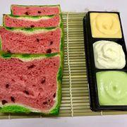 Bánh Dưa Hấu bánh dưa hấu chấm sốt 3 vị: trà xanh, phô mai , kim sa .Bạn đã thử chưa? Bánh được làm bằng bột mì + bơ + sữa+ trứng  trộn nho khô và màu thực phẩm có nguồn gốc hàng siêu thị ,nên mọi người yên tâm nhé. Ăn bột mịn thơm mùi sữa,  mùi bơ không có vị đắng của màu trôi nổi ngoài chợ  Nặng 400g 20*10 cm Giá : 150k/ổ kèm 3 loại sốt theo bánh Lh : 0915603373 Hoàng Đc : 168/11a Hoàng Hoa Thám , Phường 5 , Q.Bình Thạnh ( Alo Mình Trước Khi Mua Bánh Nha ) https://www.facebook.com/BanhBongLanTrungMuoiPhoMai/?refhl #bonglancuon #bonglantrungmuoi #banhmiphomai #banhmikimsa #sukem #banhduahau