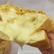 Bánh mình Phô Mai Đang Hot Kèm Chà Bông và viền Kim Sa Trứng Muối ngon mê ly . Bánh được làm từ bột mì tươi và sữa nên mền mịn rất ngon ngọt dịu nhẹ . Bên trong là phô mai tràn ngập . Còn có thêm vị Trà Xanh nhân phô mai trà xanh chảy thế này rất nhiều thơm mùi trà xanh nhè nhẹ kết hợp viền kim sa trứng muối béo béo. Ngon mê lyyyy Ổ 600g to lắm nha Giá : 150k Vị Phô Mai , 180k Vị Trà Xanh (Làm bằng phô mai bò cười)