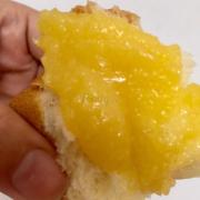 Bánh Hokkaido hạt chia nhân kem phủ mứt phúc bồn tử . Em làm bánh bằng sữa tươinguyên chất( không pha nước )+ whipping + lòng đỏ+ hạt chia  + bột mì.   Vỏ bánh mềm hạt chia được trộn đều lẫn trong vỏ bánh. Bên trong kem bơ và phủ mứt phúc bồn tử( raspberry) . Mứt ăn vị chua chua ngọt ngọt thơm mùi trái raspberry quyện với kem bơ rất tuyệt.  Bánh đường kính 16cm , cao 6cm .  Giá : 150k