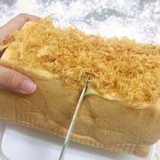 Bánh mì sốt kim sa trứng muối nguyên chất ! Bánh nặng 600gram 20cm x10 cm to ù ụ nhé mọi người. Bánh phủ lớp sốt bơ + chà bông ( vị béo kim sa + vị mặn chà bông) Giá : 180k Lh : 0915603373 Hoàng Dc : 168/11a Hoàng Hoa Thám , F.5 , Q.Bình Thạnh