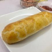 Bánh mì patê phô mai que!!!! Vỏ bánh giòn , nóng bên trong phô mai béo béo , dai dai kèm thịt và patê . kèm tương ớt và tương cà theo bánh.( Bánh này to 2, 3  người ăn)  Trọng lượng : 500g  Giá : 140k
