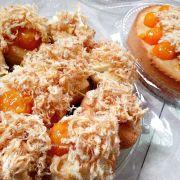 bánh cupcake và ổ tròn vàng rụm