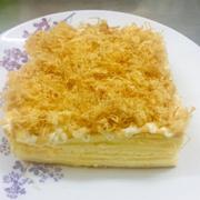 bánh bông lan trộn phô mai để lạnh bánh rất mềm + đặc+ béo phủ sốt kim sa ăn mát mát béo ngậy nhé. Cắt bánh chảy chảy kim sa rất ghiền nha mọi người. Kích thước : 15cm * 15cm Trọng lượng : 450g Giá : 150k Đt : 0915603373 Đc : 168/11a Hoàng Hoa Thám , F.5 , Q.Bình Thạnh