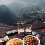 Lần đầu đc ăn sáng uống cf trước 1 không gian núi rừng hùng vĩ như này. Cf view đẹp giá cả so ra cũng ổn với mặt bằng chung chứ ko đắt quá