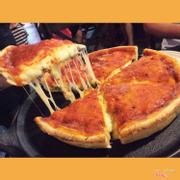 Pizza ú ụ phô mai luôn, tuy bánh nhìn bé nhưng vì nhiều phô mai nên ăn no nhanh lắm nhé