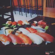 Sushi set A : 2 sushi cá hồi, 2 sushi cá ngừ, 2 sushi mực, 2 sushi bạch tuột, 1 sushi cá trích, 1 sushi tôm, 1 sushi lươn nướng, 1 sushi trứng tôm, 1 sushi trứng cá hồi, 2 sushi trứng cá trích trộn mayon, 1 sushi trứng.