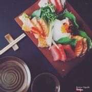 Sashimi Set A : 6 miếng cá hồi, 6 miếng cá ngừ, 3 miếng mực, 3 miếng bạch tuột, 2 con tôm và trứng cá hồi...