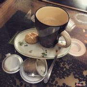 Quán nằm trong hẻm nhỏ,không gian yên tỉnh,cafê ngon....đi học thường ghé vào quán☕️....nhất là sáng sớm thức dậy uốn một tách cafe nóng thì tuyệt😘😘😘giá thì rất bình dân-quán còn các món ngọt khác với các loại nước củng ok lắm....😋