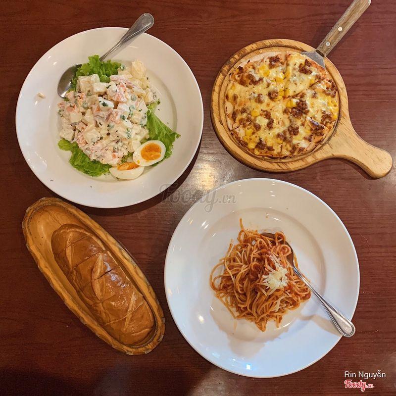 1 Russian Salads + bánh mì bơ tỏi + pizza American Style size nhỏ + Bolognese