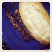 Bánh mì và xiên thịt nướng