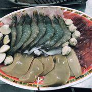 lẩu lớn 180k nè , ăn ngon và no lặt lè luôn )))) Lần đầu tiên thích ăn chả cá trong lẩu nv . Chả cá ngon lắm