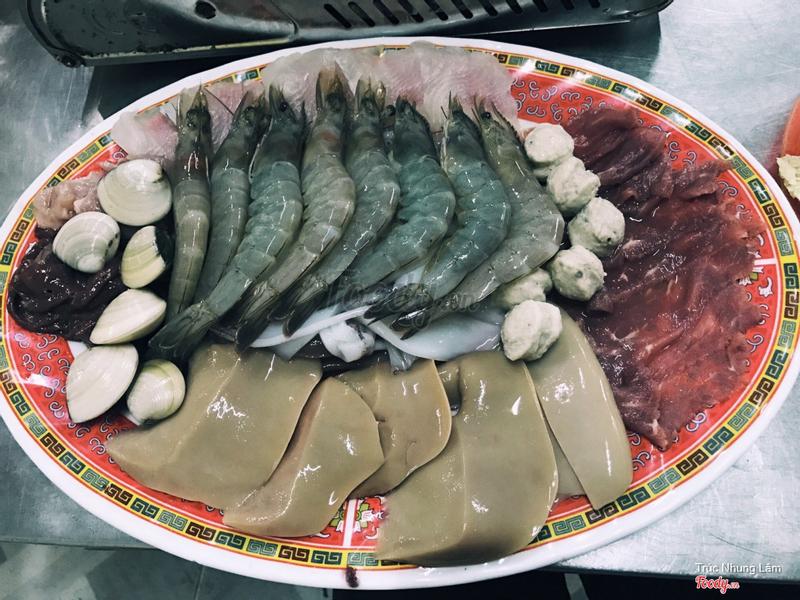 lẩu lớn 180k nè , ăn ngon và no lặt lè luôn =)))) Lần đầu tiên thích ăn chả cá trong lẩu nv . Chả cá ngon lắm