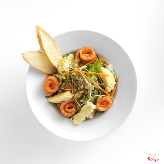 Smoked salmon salad with sunflower seeds + daikon sprouts