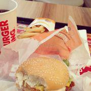 """Khi chuyển giữa ca học này với ca học kia, mình không ăn gì ngoài Burger King! Thật sự là """"nghiện"""" và phải công nhận mình là burger-aholic kaka^^ 1 combo 85k tăng side lên cũng chỉ 10k mà ăn no căng đến sáng mai luôn ))))"""