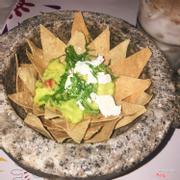 Guacamole (sốt bơ dằm) ăn với nacho chips