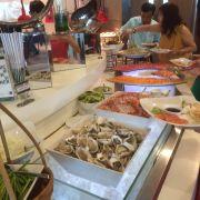 Tôm , hào , sashimi cá hồi cá ngừ
