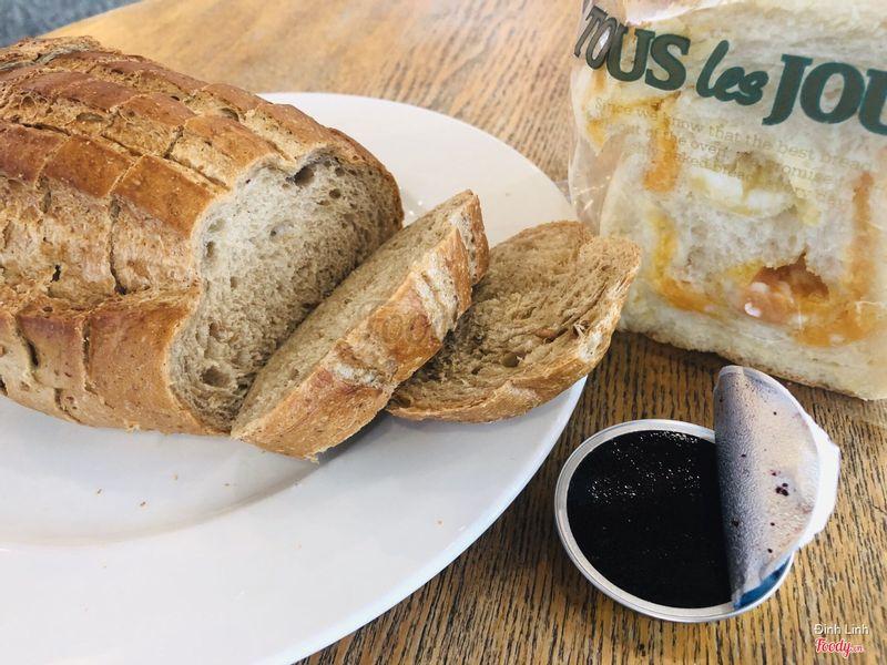 Bánh mì lúa mạch đen 25k, tặng kèm mứt việt quất. Ăn ngon xỉu luôn. Còn bánh mì phô mai bên cạnh không nhớ giá nữa, ăn rất ngậy và thơm tuy nhiên một vài miếng hơi bị mặn quá đối với mình vì siêu nhiều phô mai.
