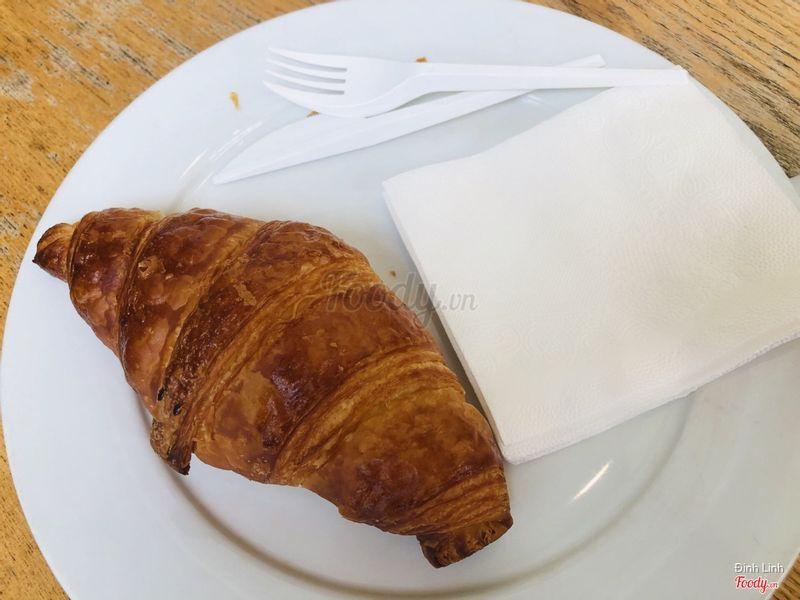 Bánh mì sừng bò giòn, cực thích mùi bơ của bánh này, bánh không có nhân gì, chỉ đơn giản là bánh truyền thống. Thớ bánh bên trong cực kì mềm, độ ngọt vừa phải.