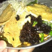 Gỏi khô bò công viên Lê Văn Tám, món ăn dân dã đã trở thành đặc sản của Sài Gòn. Giá 20k/dĩa bao gồm gỏi đu đủ, khô bò đen và các loại rau, kèm với bánh tráng chiên hấp dẫn