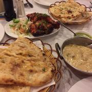 Naan tỏi và naan phô mai. Gà tandoori. Curry dê hạt điều.