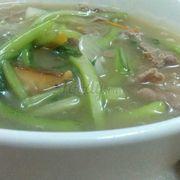 Bát súp khá đày đặn gồm thịt bò, hành tây, cần tây ^^