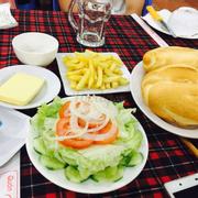 Salad, khoai tây chiên, bánh mì bơ.